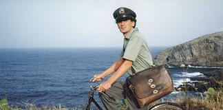 Massimo Troisi in una scena del film Il postino